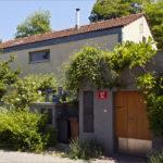 Novostavba menšího rodinného domu na pozemku s pískovcovou skálou , návrh 2003, realizace 2004