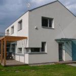 Novostavba rodinného domu na pozemku s vjezdem z jihu, Šestajovice