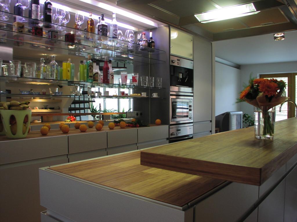 Interiér bytu Malá strana kuchyň s barovým pultem